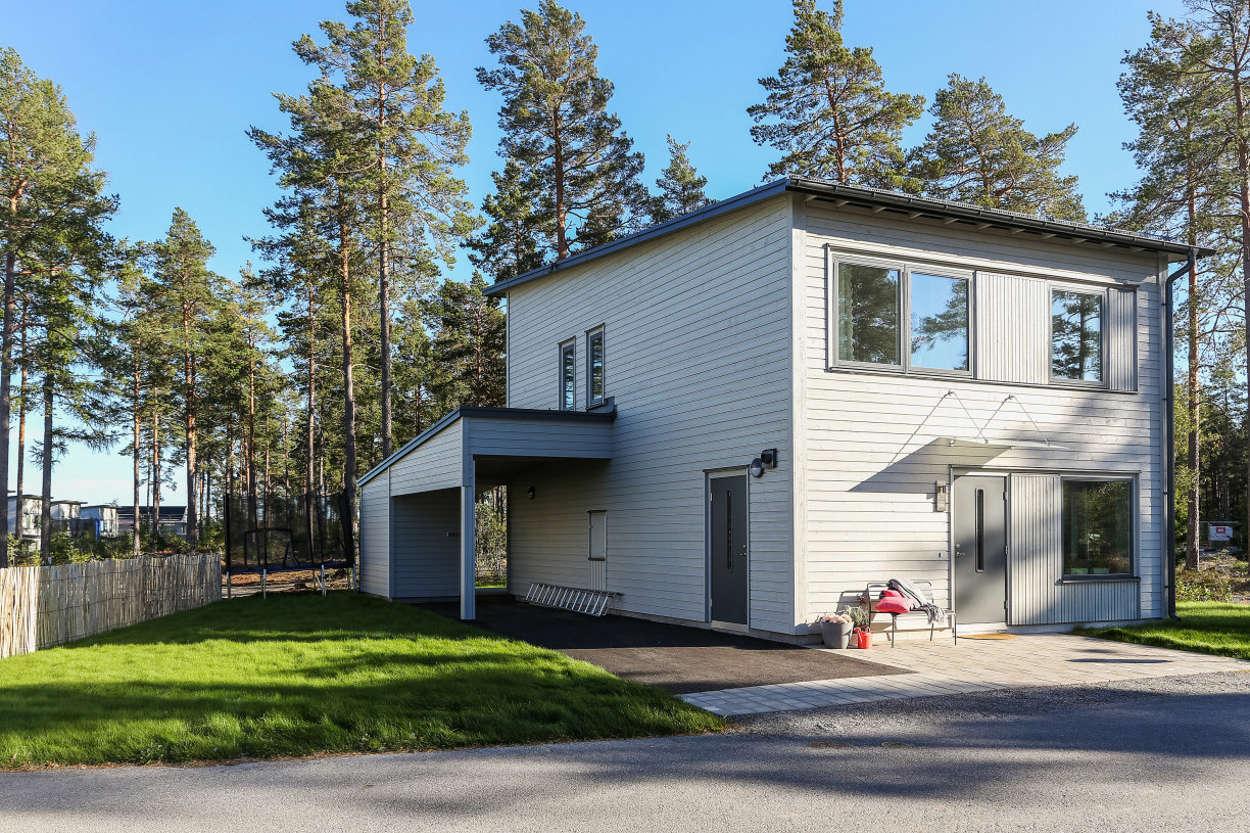 Vidbyggd garage och förråd