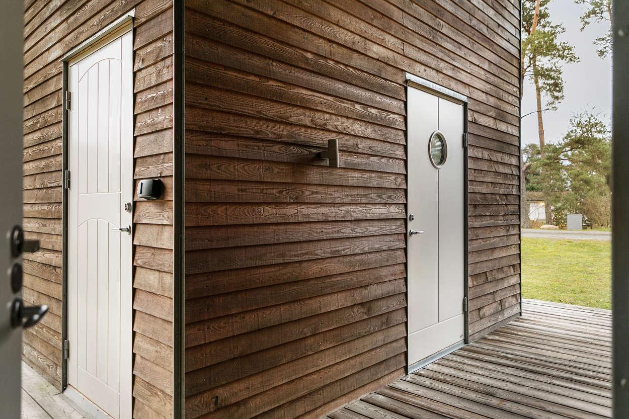 Från ytterdörren når man gästhuset samt pannrummet.