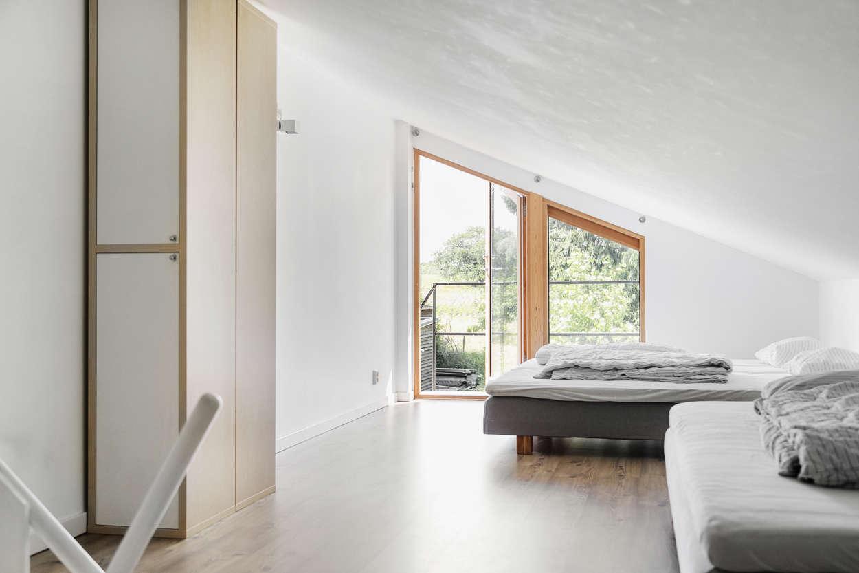 Även loftet har egen utgång med balkong och trappa ner till trädäcket