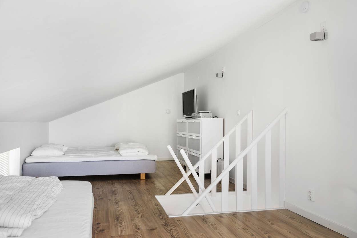 Ovan sovrummen ligger ett rymligt loft om ca 20 m²