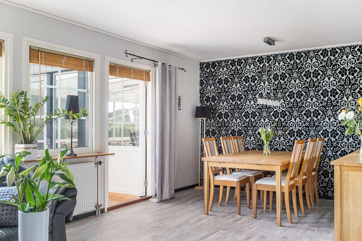 Matrumsbord och utgång till uterum från vardagsrummet