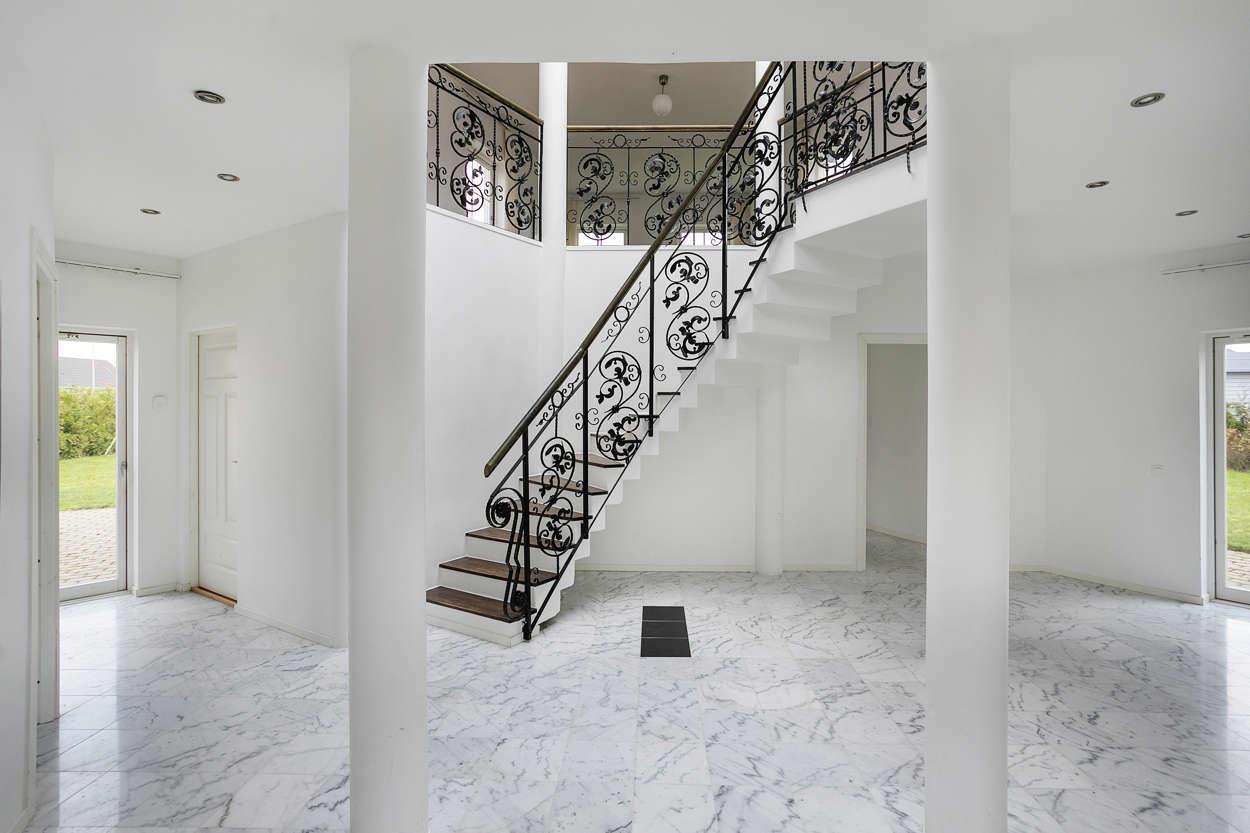 Välkomnande ytorna i öppen anslutning till husets vackra trappa.