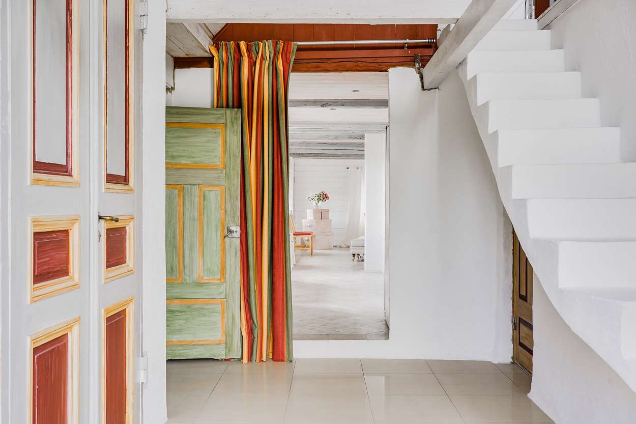 Den vackra svängda trappan till sovrummet på övervåningen.