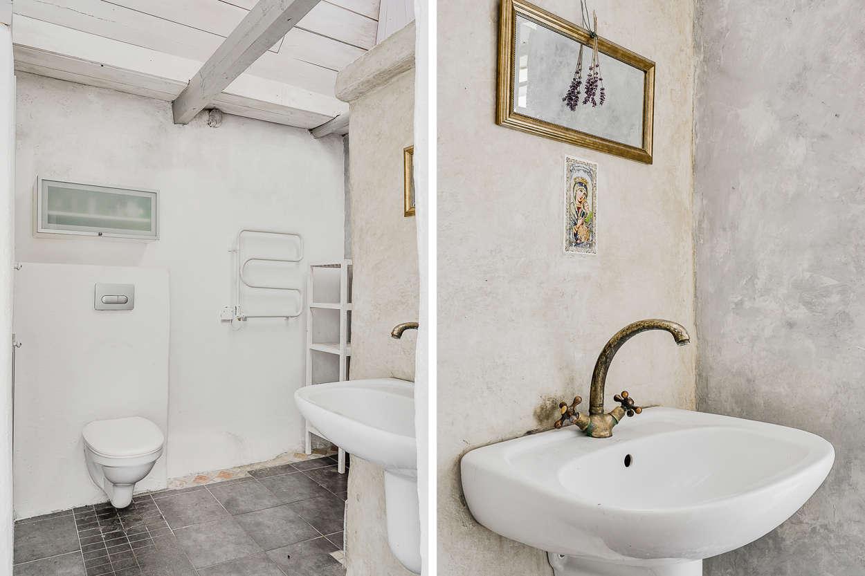 Det andra badrummet med väggar behandlade med tadelakt.