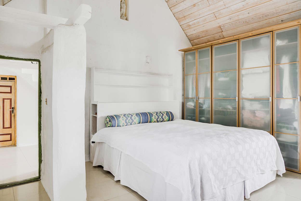 Det vackra sovrummet med många tidstypiska detaljer.