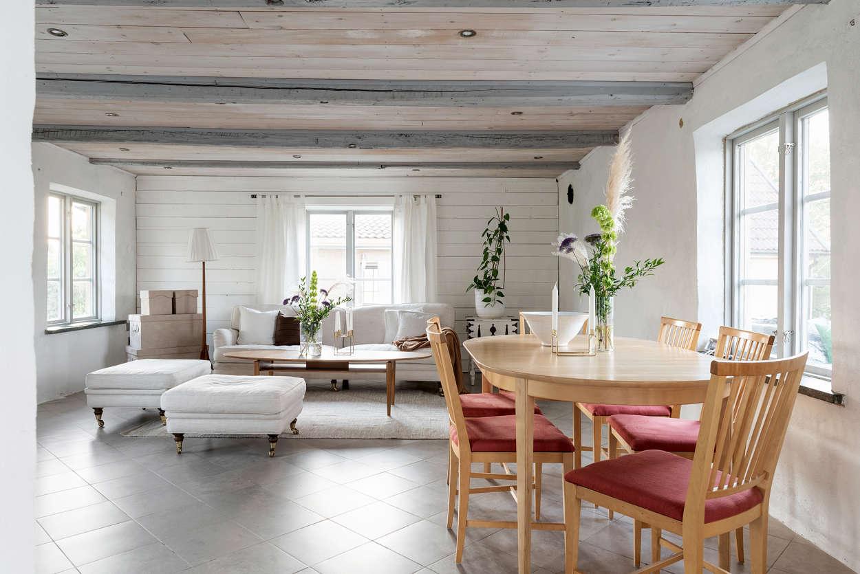Matrum och vardagsrum i öppen planlösning med köket.