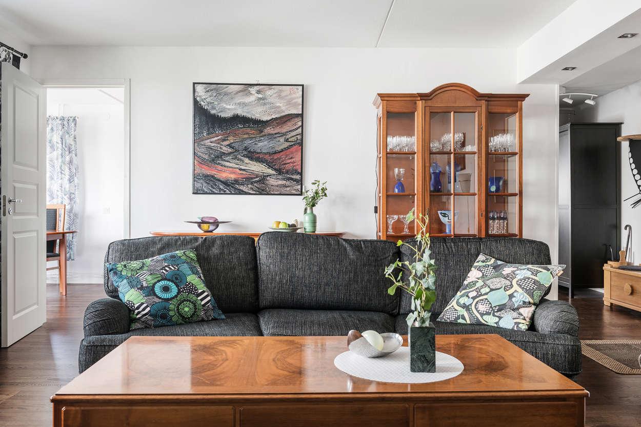 Vardagsrummet med glimt av kök och hall
