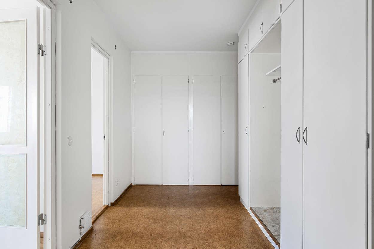 Hall med flera garderober