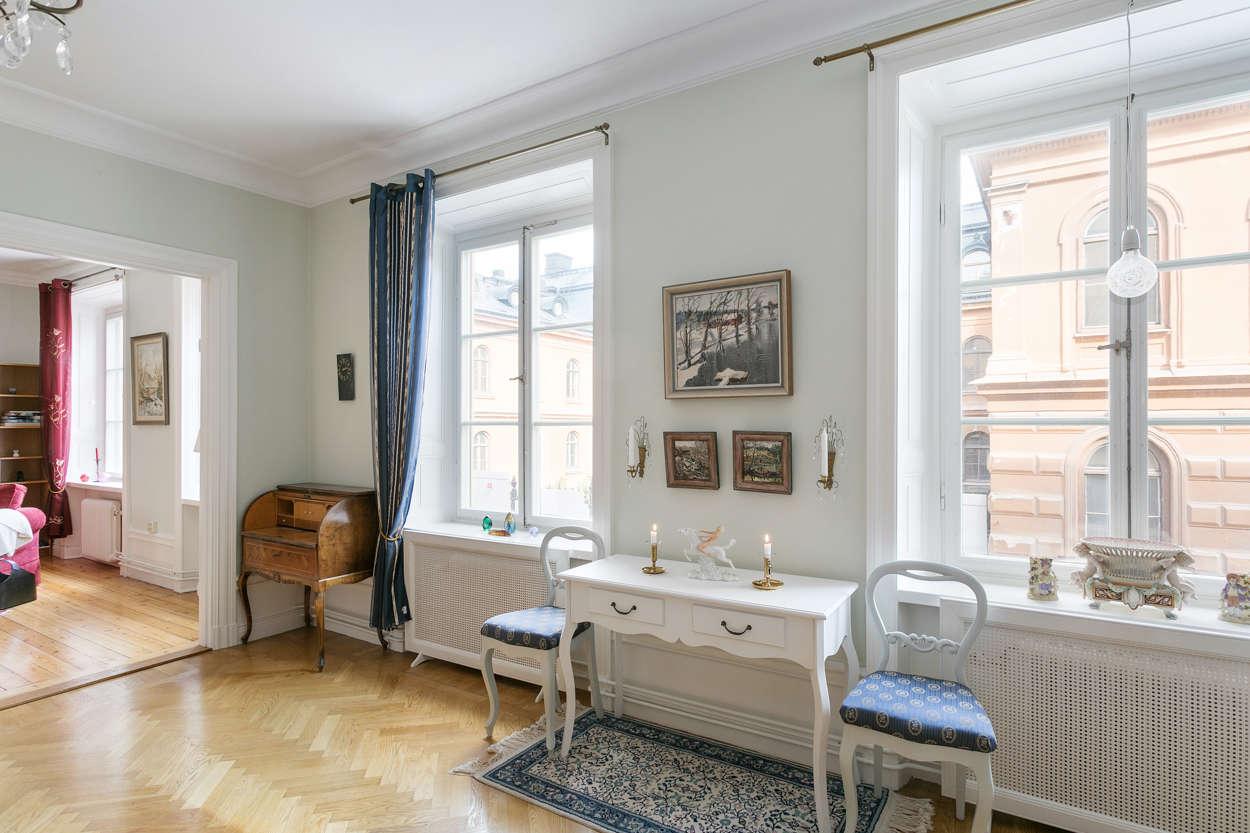 Två sällskapsrum i fil med fyra fönster