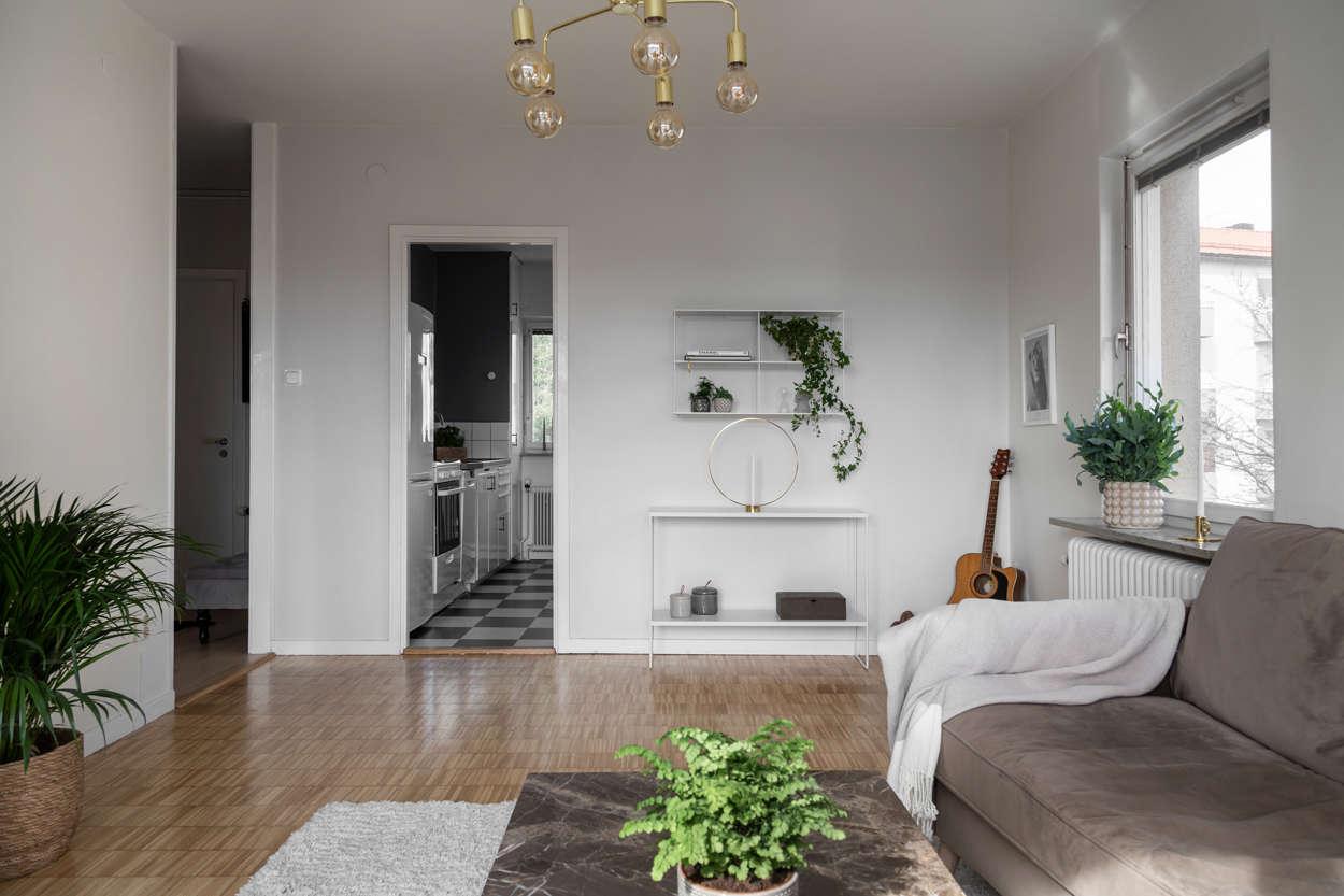 Det rymliga vardagsrummet med fönster i två väderstreck