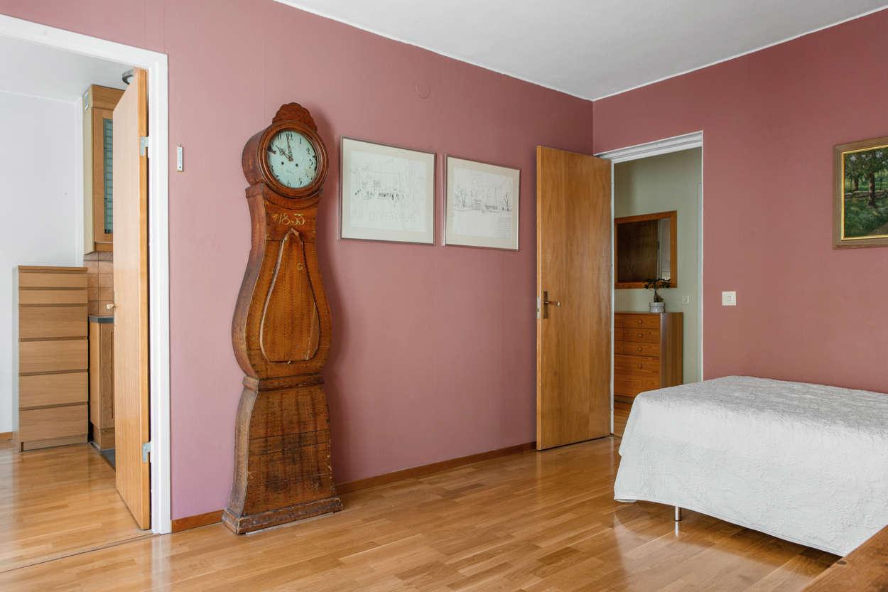 Sovrum 1 mot kök och hall