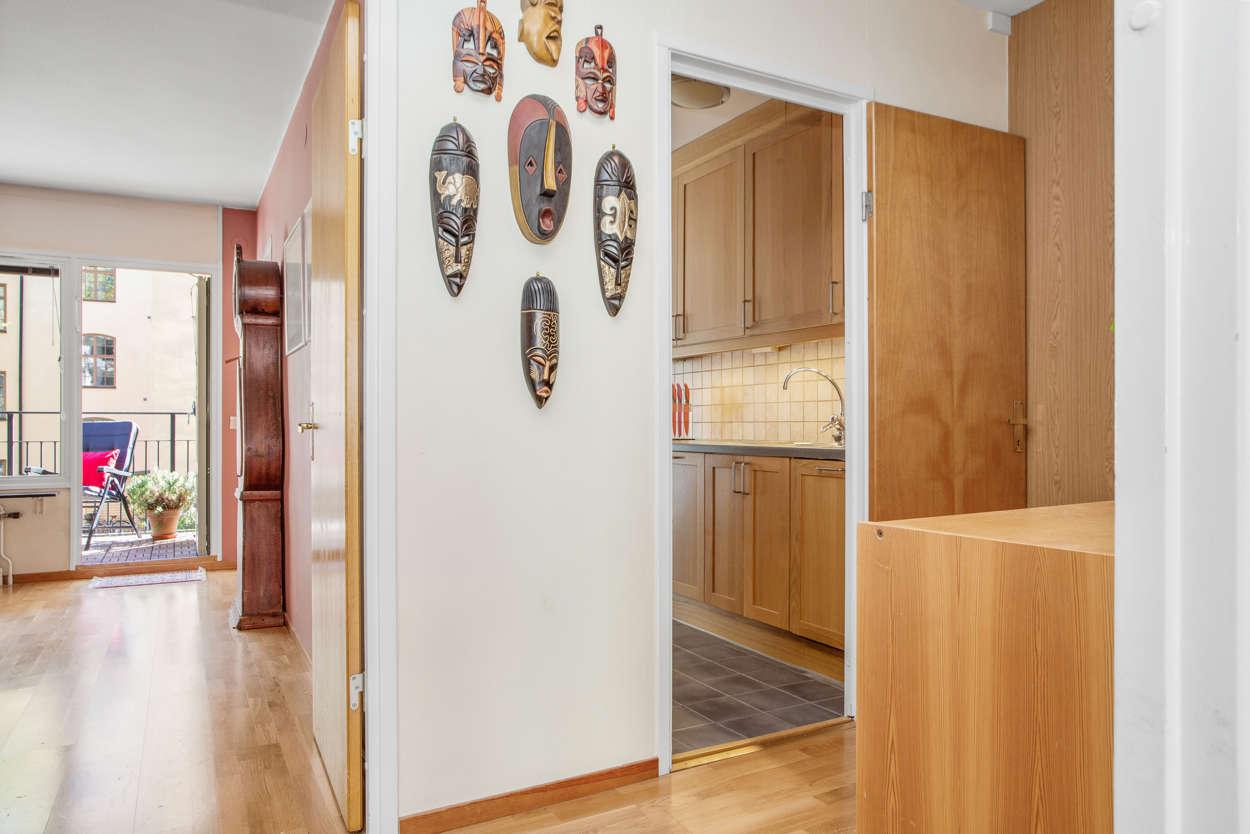 Hall mot sovrum, balkong och kök