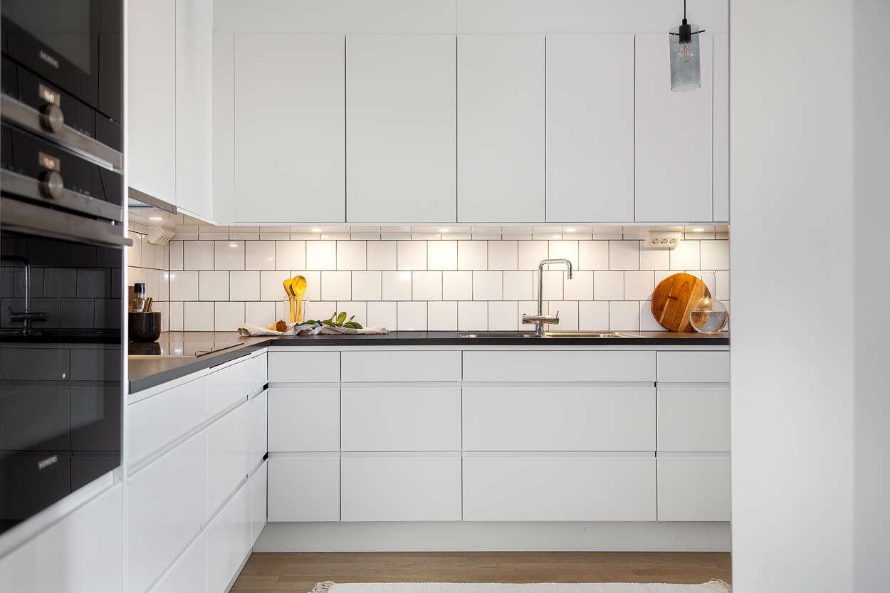 Köket med gott om skåp