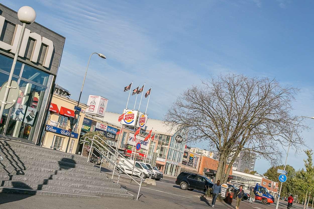 Backaplan med mataffärer, shopping & service ett stenkast från bostaden