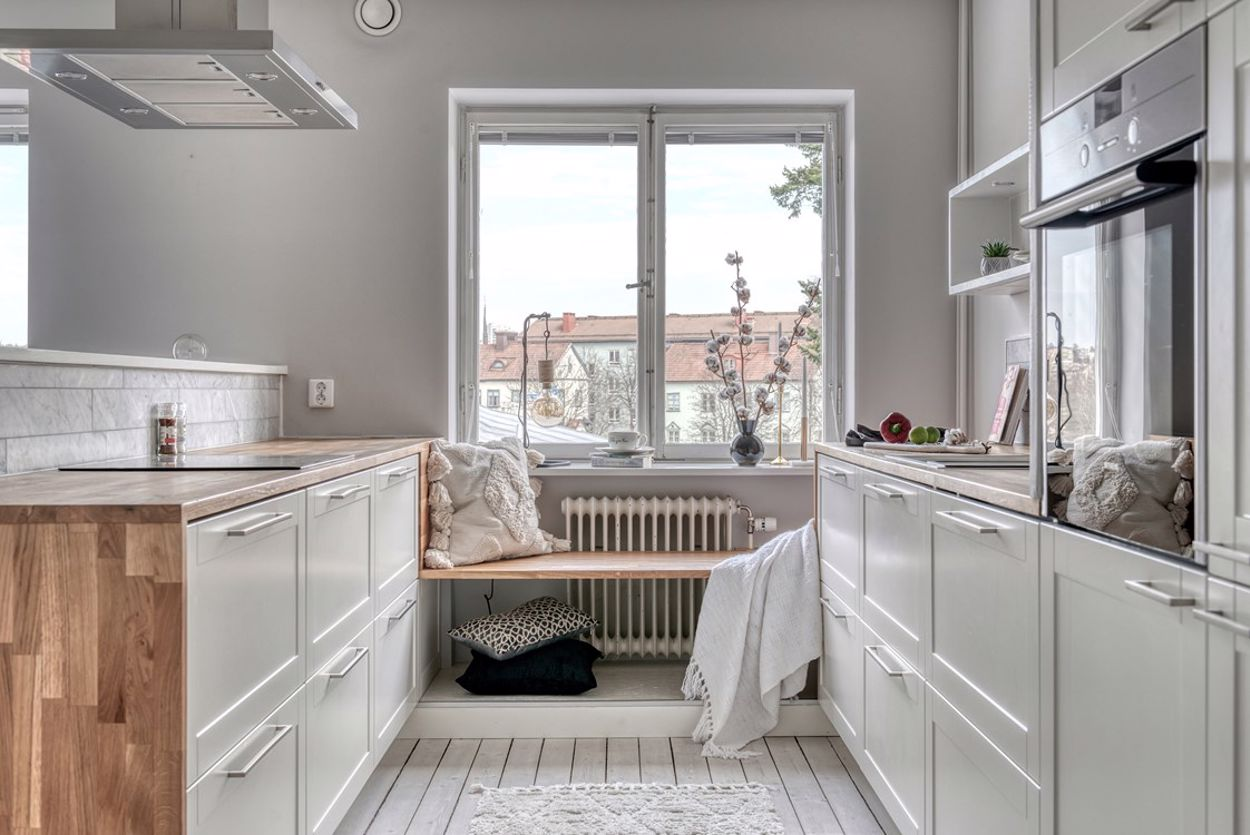 Ljust, renoverat och fullutrustat kök med integrerade vitvaror