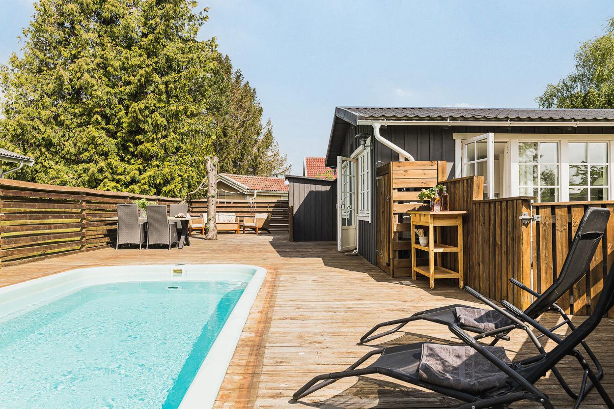 Soligt och inhägnat poolområde