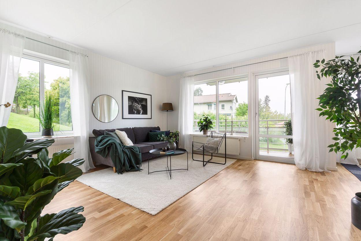 Generöst vardagsrum med utgång till balkong/uteplats
