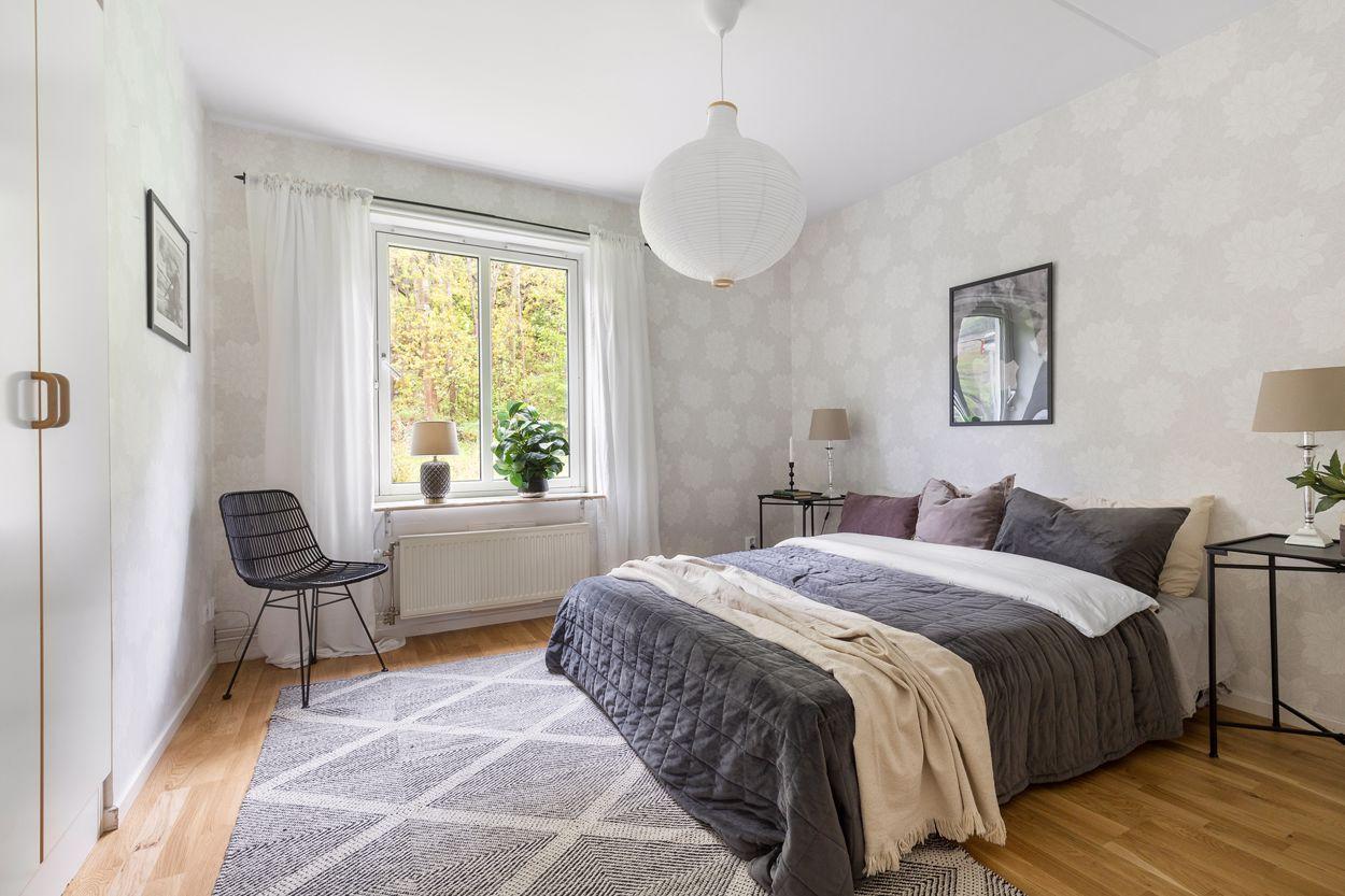 Stort och ljust sovrum med tre inbyggda garderober
