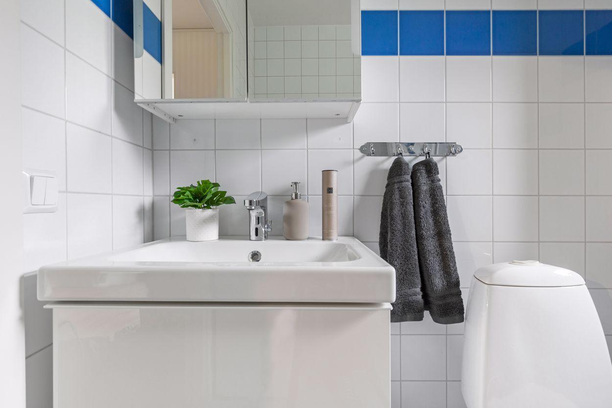 Ny kommod och badrumsskåp med belysning