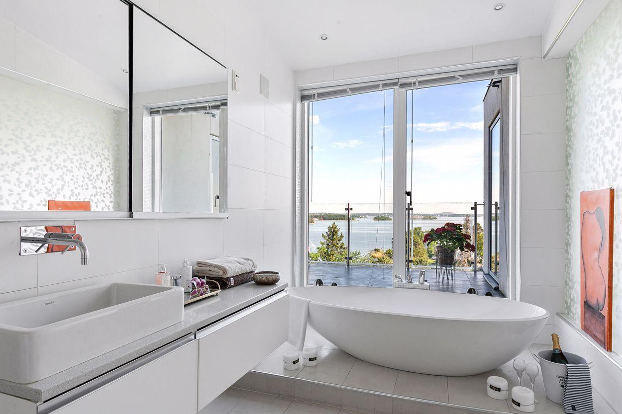 Fantastiskt badrum med havsutsikt - Övre plan