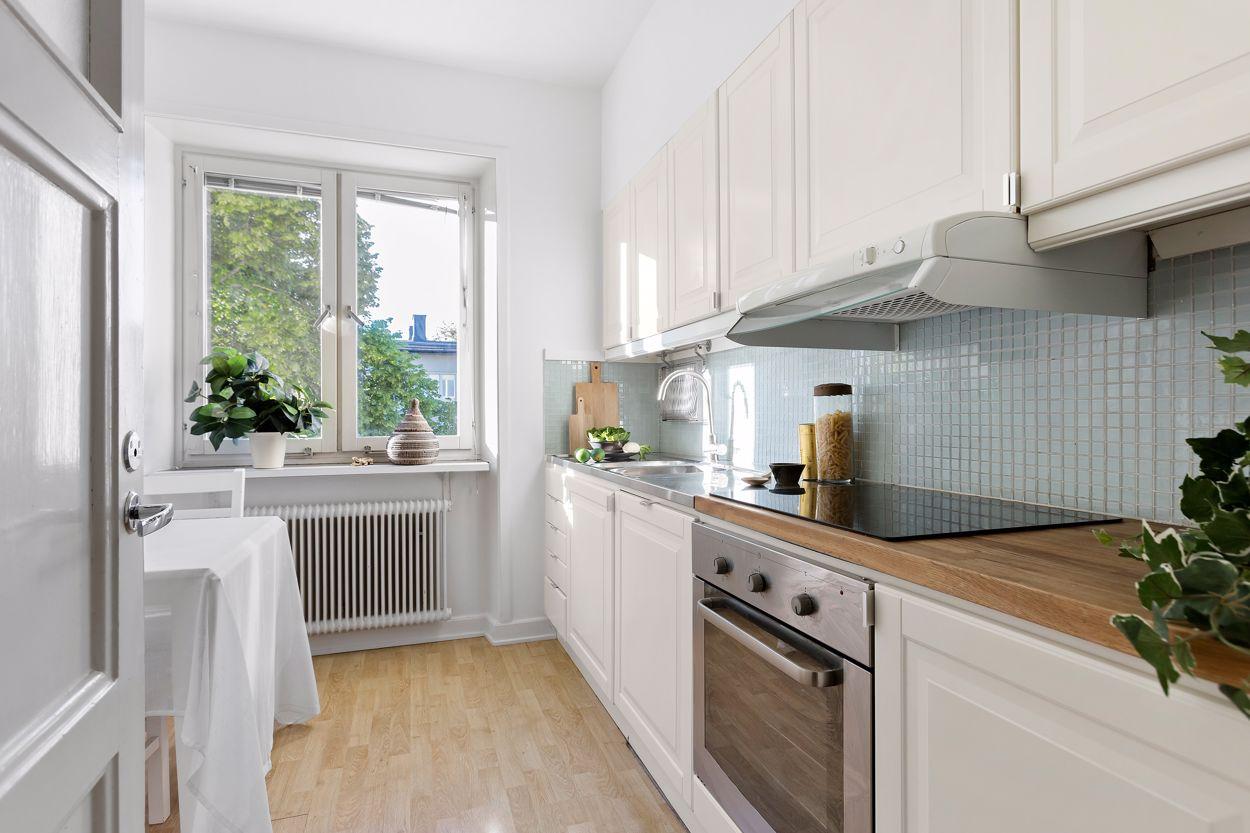 Kök med gott om förvaring och matplats