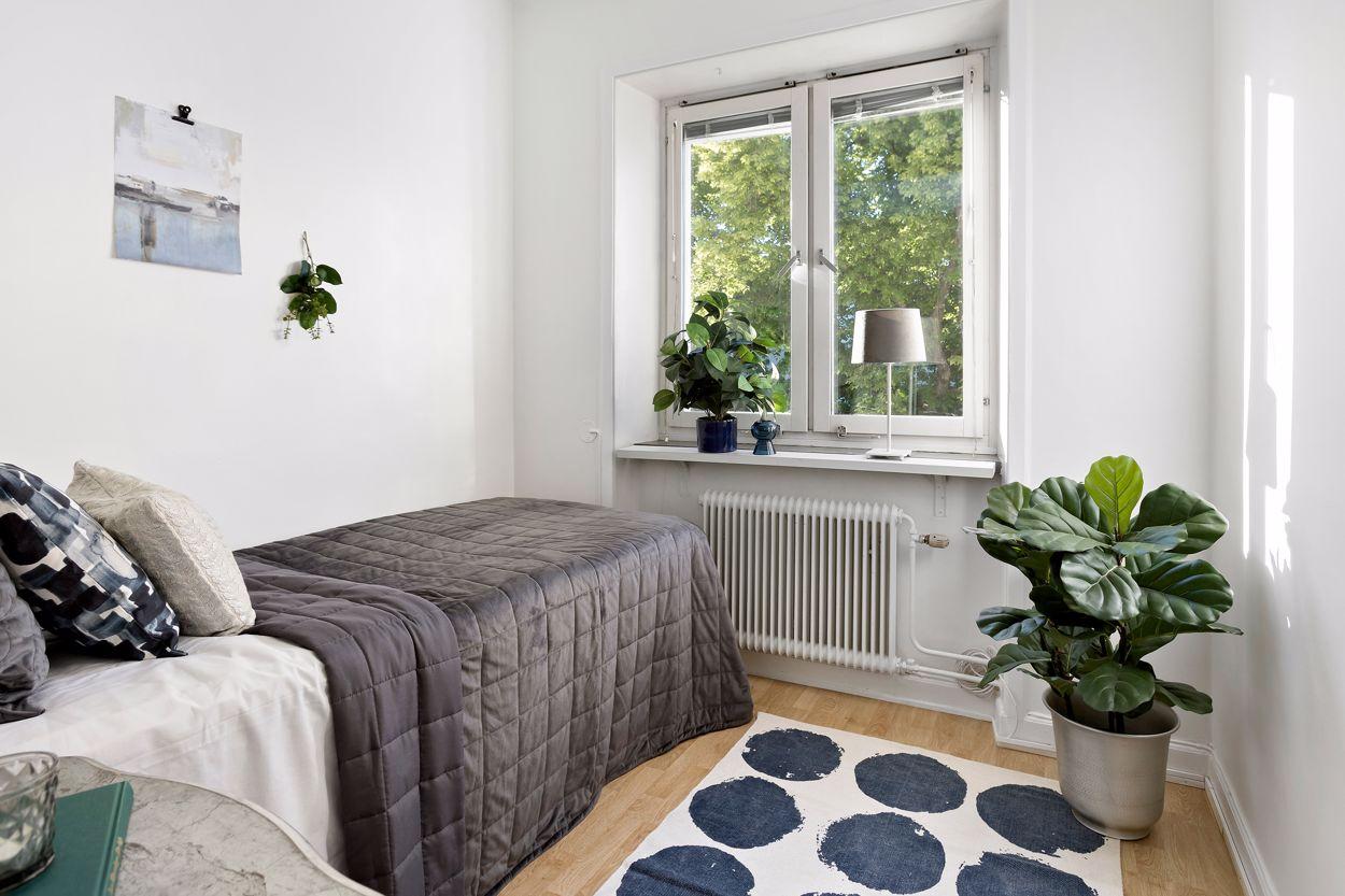 Sovrum med bra ljusinsläpp och fin utsikt